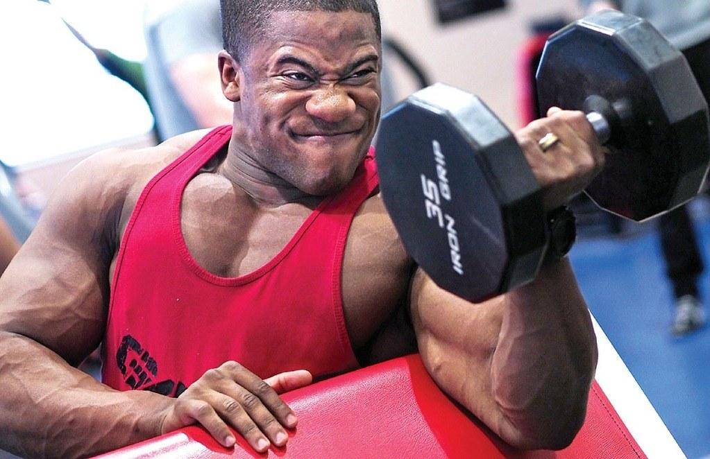fitnessgerät stange nach unten zieht