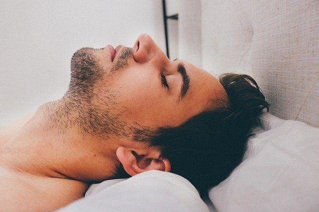 Nackenprobleme beim Schlafen